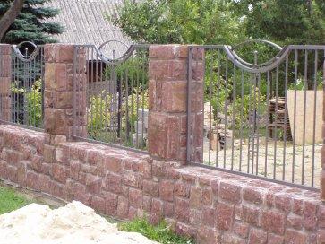Kovácsoltvas berakással készült kapu Budafok