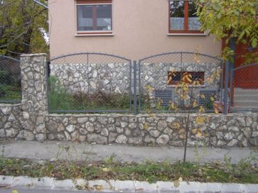 Kovácsoltvas kerítés fával kombinálva Kiskunlacháza
